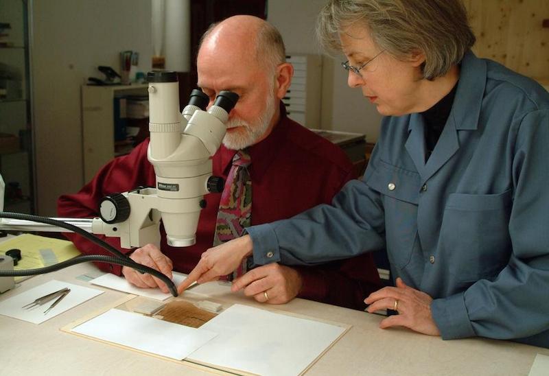 El microscopista estadounidense Joseph G. Barabe, director del proyecto de investigación de McCrone Associates para tratar de autentificar el Evangelio de Judas.