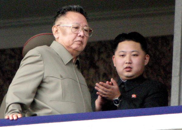 FIL01. PYONGYANG (COREA DEL NORTE), 19/12/2011.- Fotografía de archivo del 10 de octubre de 2010 donde se ve al mandatario norcoreano Kim Jong-Il (i) y a su hijo Kim Jong-Un (d) en un podio observando a soldados marchar durante el desfile de celebración del 65 aniversario del Partido de los Trabajadores en Pyongyang (Corea del Norte). El dirigente Kim Jong Il ha muerto, informó la televisión estatal norcoreana este lunes 19 de diciembre de 2011. De acuerdo con su biografia oficial, tenía 69 años. Kim falleció de fatiga la mañana del 17 de diciembre de 2011 durante un viaje en tren anunció un presentador de la televisión estatal, quien vestía un traje negro y con un temblor en su voz. EFE/STF ARCHIVO