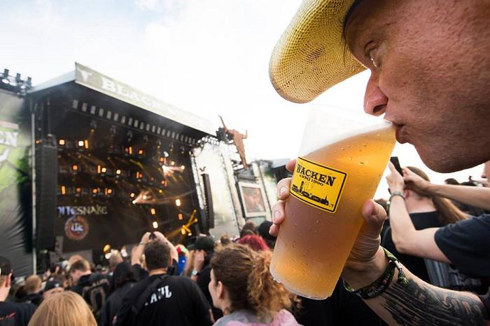 hombre_bebiendo_cerveza_wacken_open_air