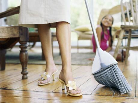 mujer_barrer_escoba_nina_piso_madera_limpieza_hogar