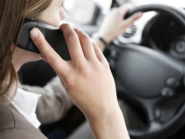 El volante y el teléfono celular: El riesgo de manejar y hablar al mismo tiempo
