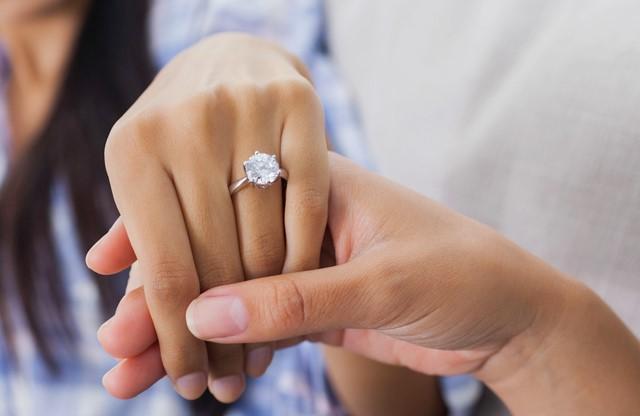 El anillo de compromiso: entre historia y publicidad